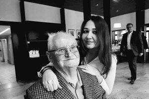 ilustračné foto - Jedna z mnohých opatrovateliek. Svetlana Tariová a jej zverený pacient s ktorým prežíva momentálne neľahké chvíle.
