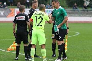 Pavol Šupka (vpravo) ako kapitán Nového Mesta nad Váhom v pohárovom zápase proti MŠK Žilina.