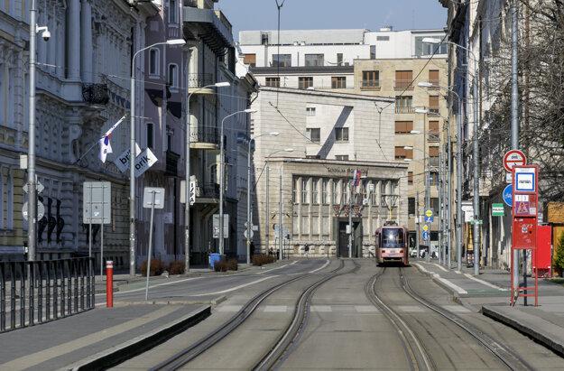 Takmer vyľudnená Štúrova ulica v Bratislave.