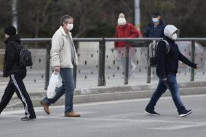 Chodci na verejnosti v Košiciach s rúškami ako opatrenie na potlačenie rozširovania koronavírusu.