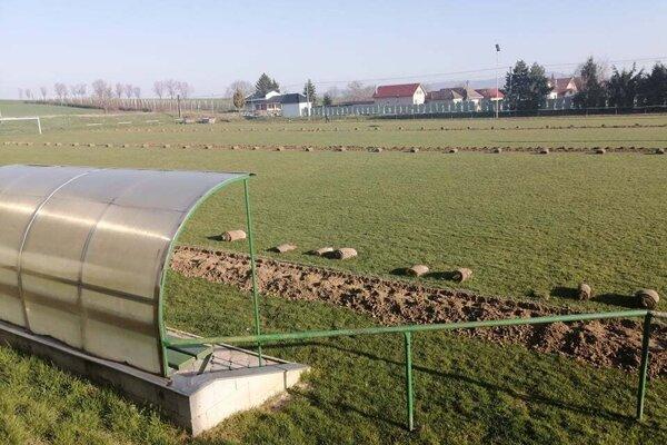 Jacovské futbalové ihrisko má od minulého týždňa novú závlahu.