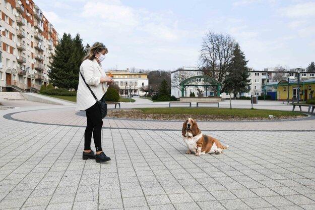 Pani so psom na Námestí slobody v Starej Turej počas mimoriadnej situácie.