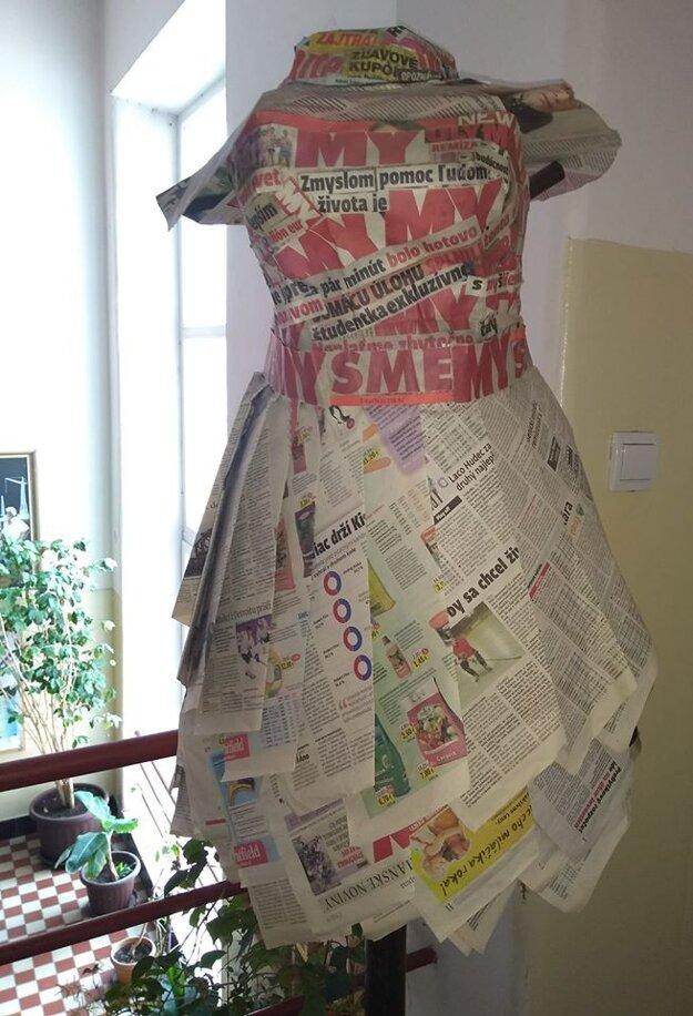 Takéto krásne šaty z novín vytvorili školáci z hnúšťanského gymnázia.