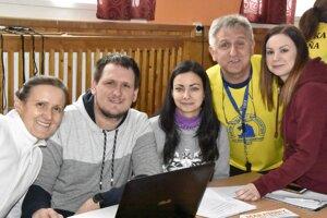 Peter Buc (druhý sprava) so svojimi pomocníkmi. Pri pohľade na nich vidno, že o budúcnosť behu v Blažiciach sa netreba obávať.