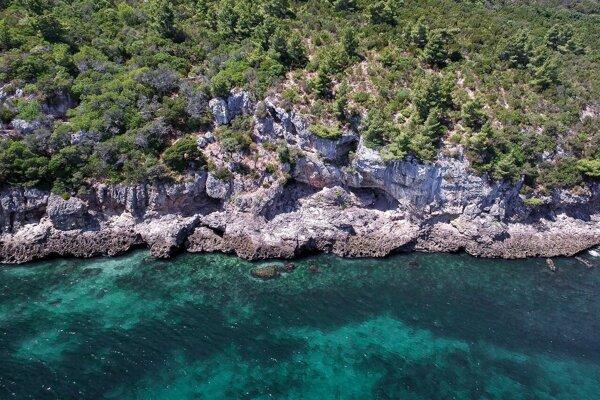 Jaskyňa Figueira Brava v Portugalsku, kde vedci našli stopy po neandertálskom osídlení. Tamojšia skupina sa pri hľadaní potravy veľmi opierala o more.