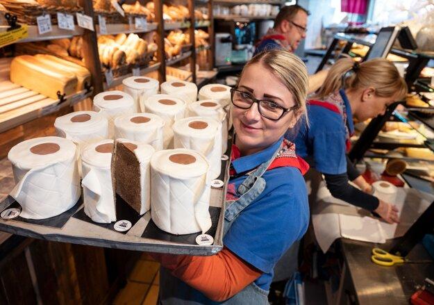Predavačka pekárne Schürener Backparadies ukazuje podnos s guľatými mramorovými koláčmi zabalenými do fondánu, ktoré vyzerajú ako kotúče toaletného papiera v Dortmunde