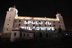 Nápis na Bratislavskom hrade v rámci potlesku zdravotníkom a hasičom bojujúcim proti šíriacemu sa ochoreniu COVID-19 spôsobenému koronavírusom na Slovensku, v rámci iniciatívy #potleskprezdravotnikovahasicov.