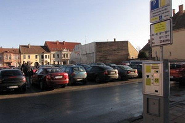 Parkovacie automaty v Trnave zatiaľ nevydávajú. Radnica to neplánuje meniť.