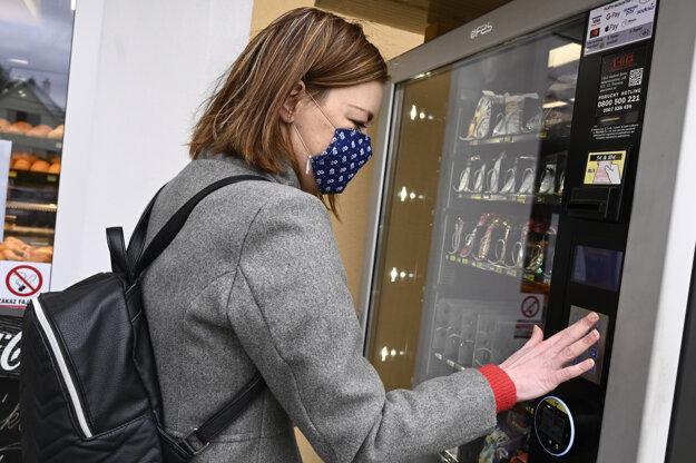 Obyvatelia Prievidze si môžu rúška na zamedzenie šírenia nákazy novým koronavírusom po novom zakúpiť i v automate.