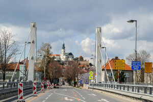 Prázdny Chrenovský most v smere do centra mesta Nitra.