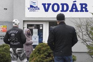Ľudia čakajú pred Vodárom v Košiciach