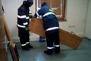 Pri zariaďovaní miestnosti pomáhali miestni hasiči.