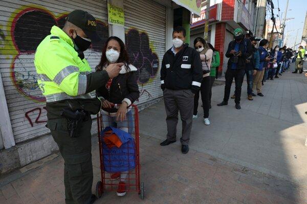 Kontrola dokladov v súvislosti so šírením koronavírusu na autobusovej stanici v kolumbijskom meste Soacha 27. marca 2020.