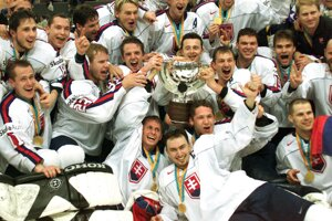 Slovenskí hokejisti s trofejou pre majstrov sveta.