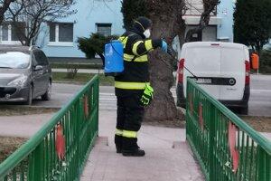 Dezinfekcia zábradlia mosta v meste Krompachy.