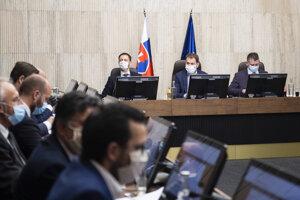 Sprava minister vnútra SR Roman Mikulec, predseda vlády SR Igor Matovič a minister financií SR Eduard Heger počas 6. rokovania vlády SR v Bratislave 31. marca 2020.