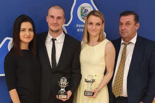 Zľava: Michal Fridrich s priateľkou Jankou (vľavo) a Nikola Rybanská s otcom (vpravo).