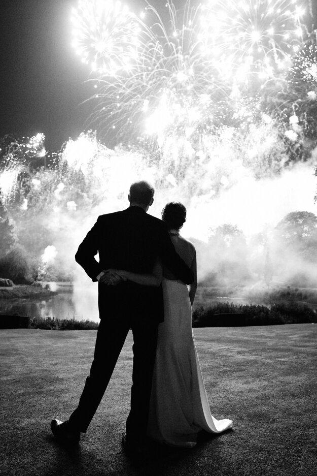 Fotografia Chrisa Allertona: britský princ Harry a vojvodkyňa Meghan sledujú ohňostroj počas svojej svadby vo Windsore.