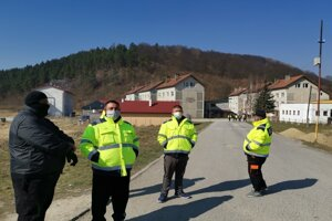 Pracovníci MOPS hliadkujú pred vstupom na sídlisko, cudzích dovnútra nepustia.