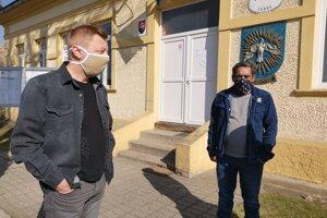 Prednosta (vľavo) a starosta zo Žehry. Robia zoznamy tých, ktorí prišli domov, aby mali prehľad.