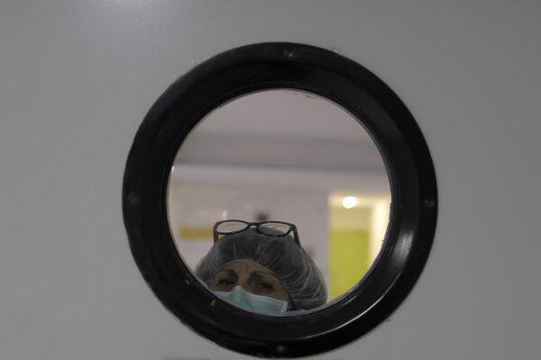 Zdravotníčka s ochranným rúškom (ilustračné foto). Madrid, 31. marec 2020.