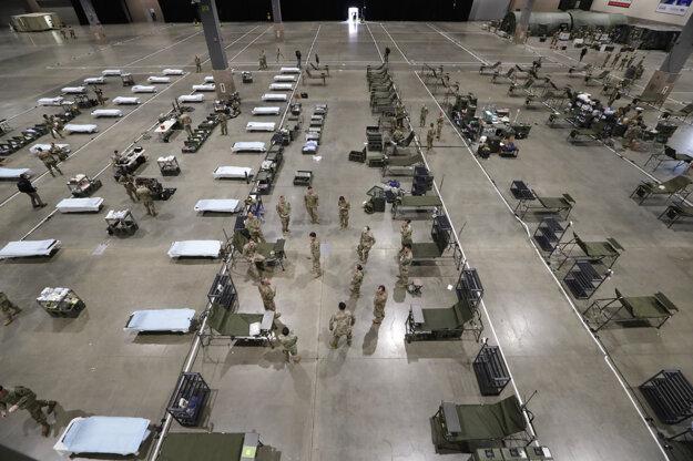 Americkí vojaci pracujú na zriadení zriadení poľnej nemocnice v centre FieldLink Field Event Center v Seattli.