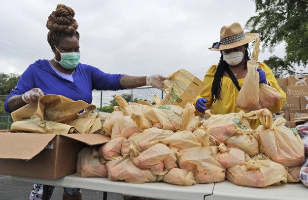 Balené paradajky rozvážajú dobrovoľníci v Miami.
