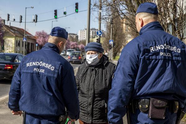Policajná hliadka v maďarskej Bekescsábe.
