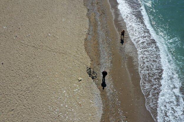 Gréci zakázali kúpanie sa v mori.