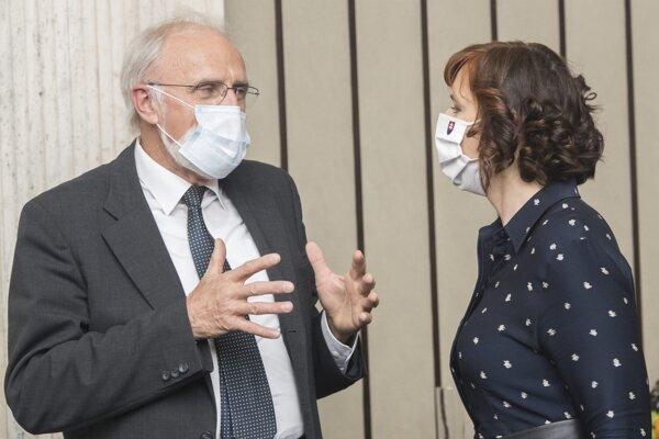 Vľavo minister pôdohospodárstva Ján Mičovský (OĽaNO) a vpravo podpredsedníčka vlády pre investície a informatizáciu Veronika Remišová (Za ľudí).