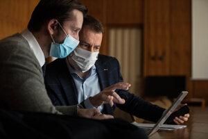 Premiér Igor Matovič (vpravo) agenerálny riaditeľ odboru stratégie Inštitútu zdravotnej polikliniky Martin Smatana.