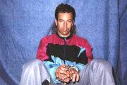 Na snímke z 30. januára 2002 americký novinár Daniel Pearl v zajatí pakistanskými militantmi.