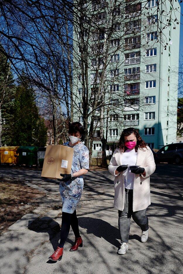 Pracovníčky Mestského úradu vo Svite počas distribúcie nákupov seniorom v meste Svit.