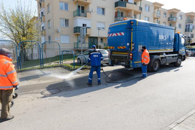 Dezinfekcia kontajnerových stojísk chlórovým roztokom v Nitre.