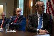 Americký prezident Donald Trump počas rokovania s riaditeľom ropného koncernu Chevron Mikom Wirthom.