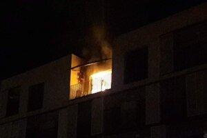 Plamene sa z bytu dostali na balkón.