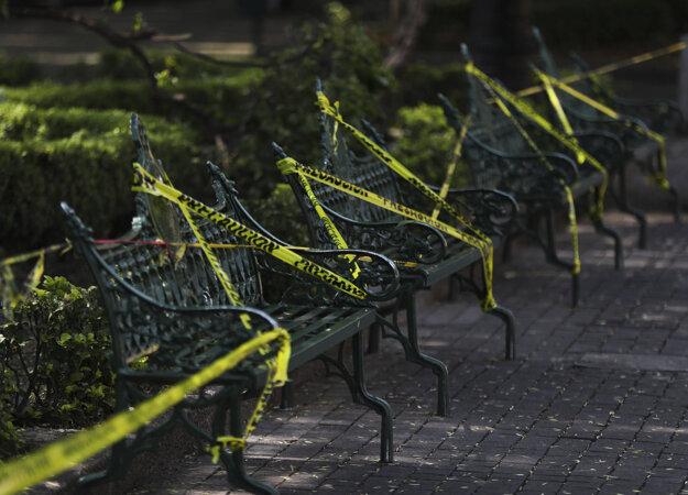 Pásky na lavičkách v parku majú odradiť ľudí, aby si na nich sadali.