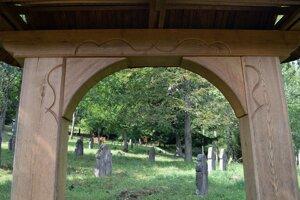 Obec Lešť zanikla vďaka svojej polohe. Na jej území totiž vznikol rovnomenný vojenský výcvikový priestor. Jednou z mála pamiatok na ňu je replika cintorínskej brány v Hornom Tisovníku.