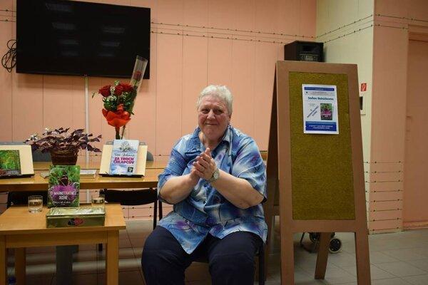 Soňa Behúňová pracovala ako učiteľka vyše štyridsať rokov. Teraz je z nej úspešná spisovateľka. Venuje sa aj tvorbe pre deti.