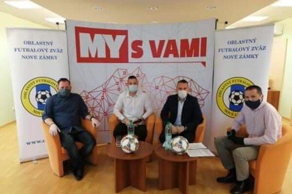 Zľava predseda OFK Maňa Pavol Gubric, brankár FK DAC 1904 Benjamín Száraz, predseda ObFZ Nové Zámky Peter Kováč a moderátor relácie Martin Kilian.