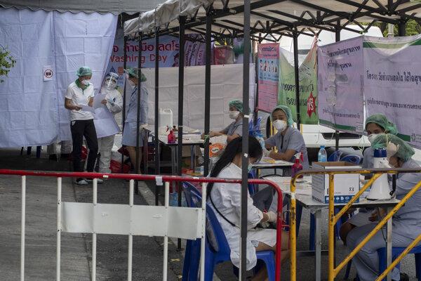 Provizórne pracovisko na výrobu rúšok v Bangkoku.