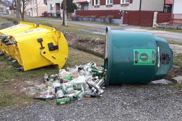Takáto spúšť ostala po vandaloch v Slovanoch.