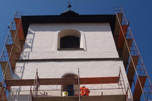 Práce na hradnej Malej lebo Hodinovej veži už začali.