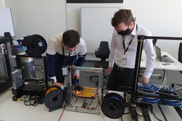 V Prievidzi vyrábajú ochranné štíty na 3D tlačiarni. Pomôžu zdravotníkom.