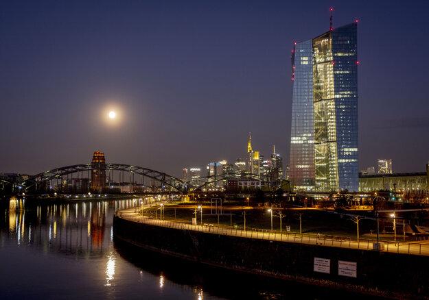 Supermesiac zapadá nad budovami finančnej štvrte v nemeckom Frankfurte nad Mohanom.