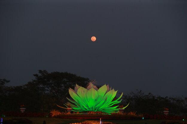 Najväčší supermesiac tohto roka v ružovej farbe v mjanmarskom meste Nepjito