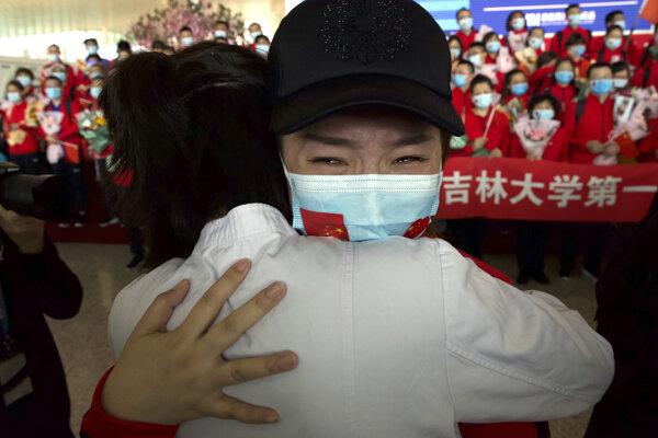 Z Wu-chanu sa domov vracajú aj lekári z iných čínskych provincií.
