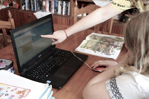 V domácnostiach v týchto dňoch prebieha online vyučovanie.
