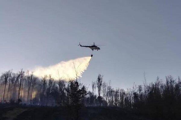 Hasiči museli použiť v ťažkom teréne aj helikoptéru