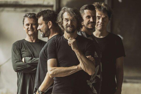 Dan Bárta stojí na čele kapely Illustratosphere už dvadsať rokov. Nový album s názvom Kráska a zvířený prach vyšiel 13. marca 2020.